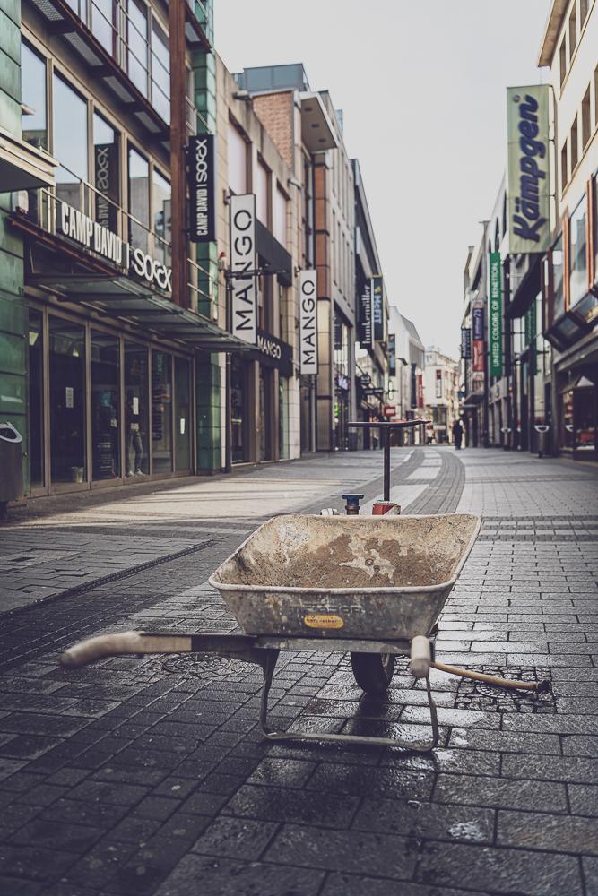 Schubkarre auf der leeren Hohe Strasse